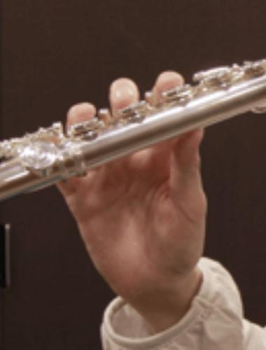 правая рука на флейте (вид спереди)