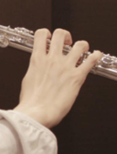 правая рука на флейте (вид сзади)